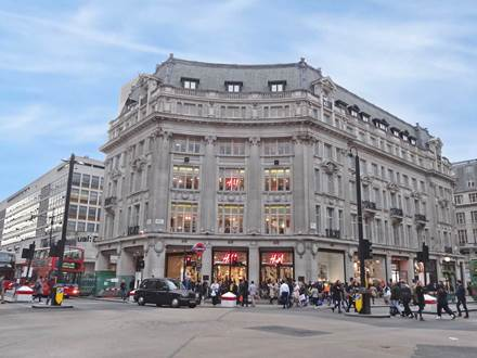 The Apple Store Regent Street is situated between Oxford Street and Hanover Street in the heart of London's West End, steps away from Carnaby Street and the London Palladium. SatNav: W1B 2EL. Public transport: Bakerloo, Central or Victoria lines to Oxford Circus; multiple TFL bus routes stop near the Apple Store.