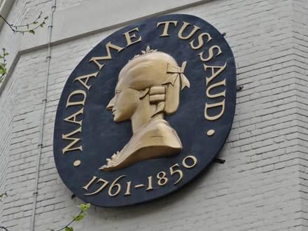 Schild mit Madame Tussauds Abbildung