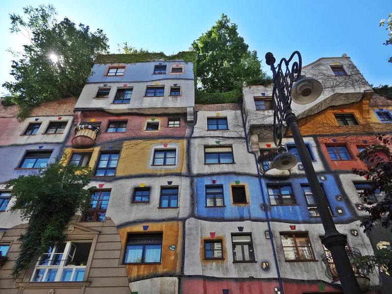 hundertwasserhaus wien was wo wie besichtigen. Black Bedroom Furniture Sets. Home Design Ideas